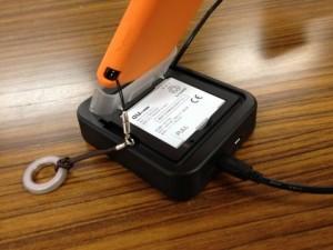 ケース/カバー、ストラップを取り付けたままでIS17SH/IS13SH用USBクレードルを使う