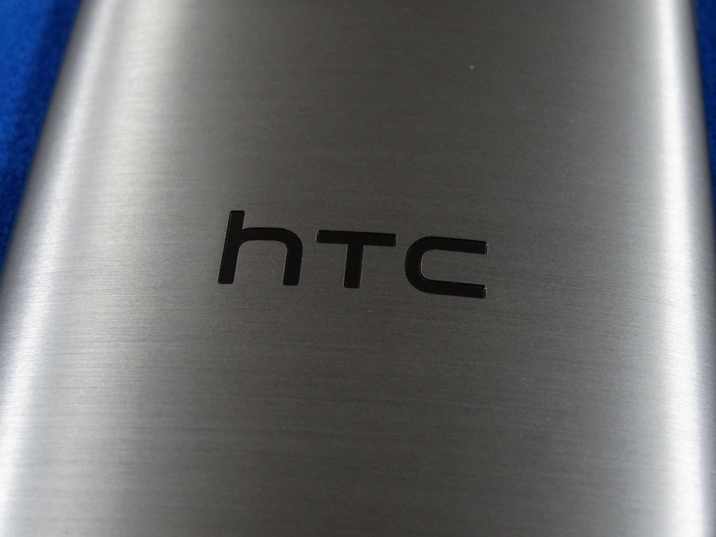 HTC One mini 2 裏面のHTCロゴ